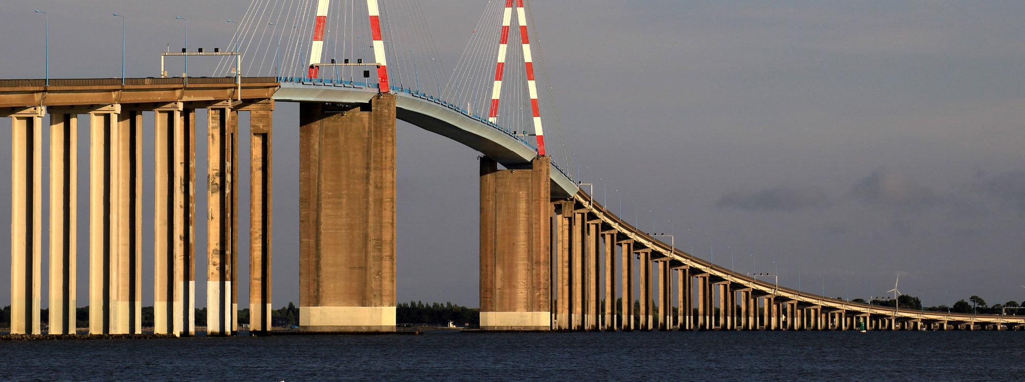 Pont au dessus au-dessus de la mer